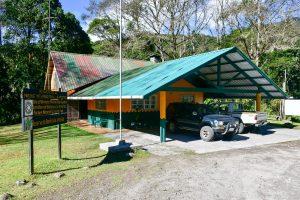 caseta de información turística, area de recibimiento, estacionamientos y recepción