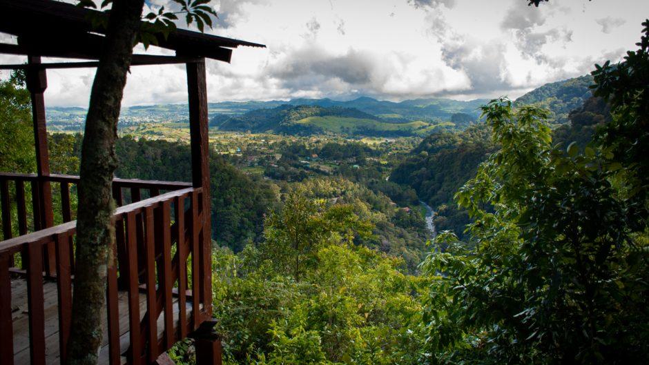 Mirador de madera con paisaje de montaña